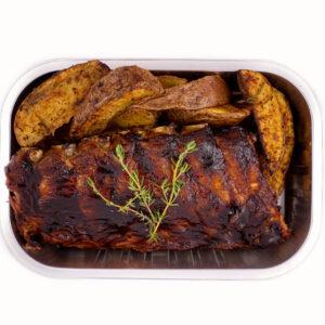 scaricica de porc in sos bbq cu cartofi copti care se afla intr-o caserola
