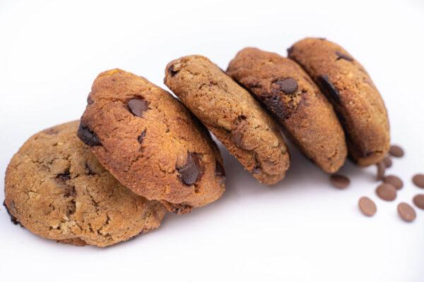 5 biscuiti rotunzi cu bucatele de ciocolata asezati unul langa altul