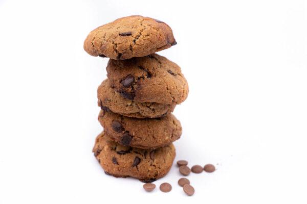 5 biscuiti rotunzi cu bucatele de ciocolata asezati unul peste celalalt