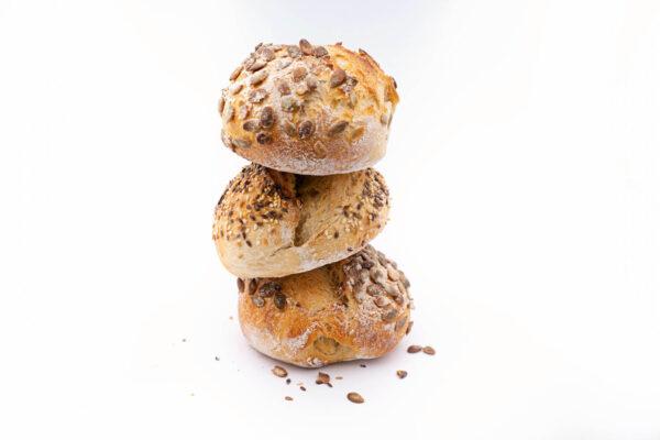 3 paini din maia cu seminte asezate una peste alta