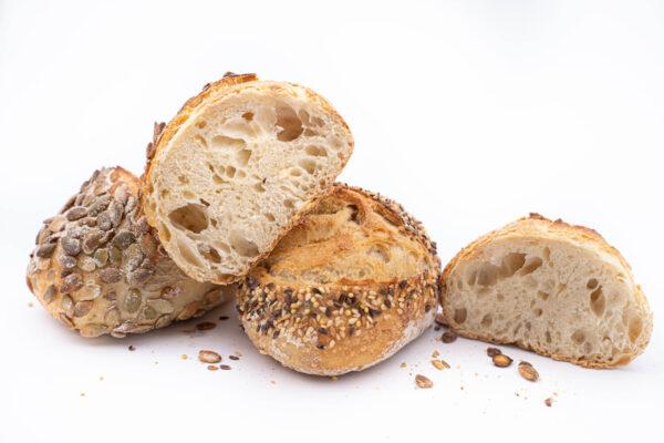 2 paine din maia cu seminte taiate fiecare in 2