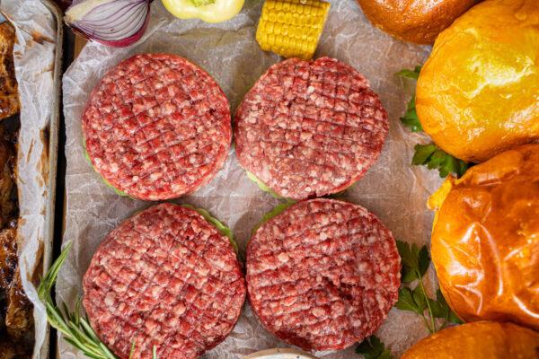 Burger crud Black Angus - 4 pastile asezate pe o foaie de copt
