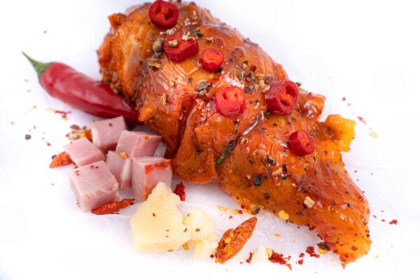 Piept de pui in stil mexican marinat in sos chilli un ardei iute rosu, cateva cubulete de sunca si putin parmezan