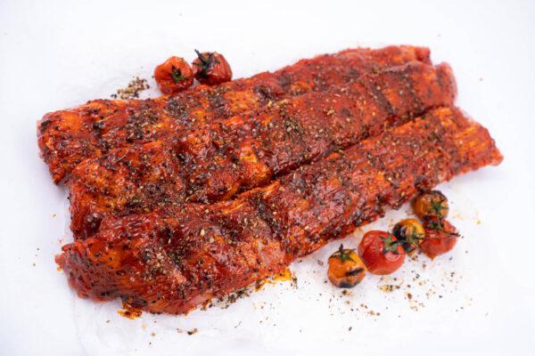 Scaricica de porc marinata in sos alabama - 3 bucati, unde in partea de sus sunt 2 rosii mici coapte si jos 5 rosii mici coapte